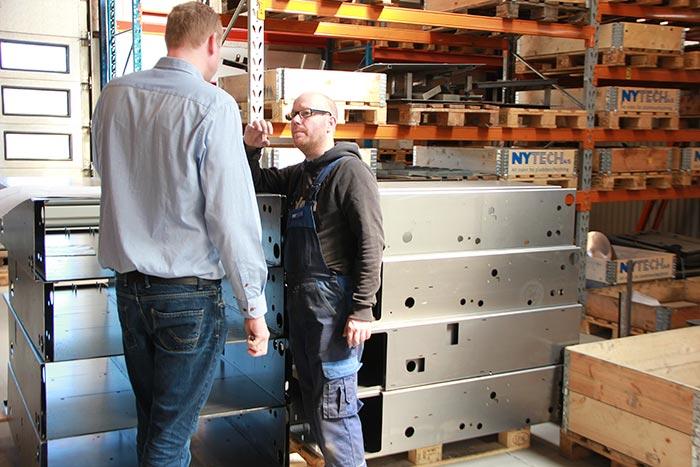 Værkførerassistent Kasper Jensen diskuterer en kundesag med salgschef Thomas Vejborg.